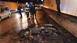 Motorka v ohni: Nehoda uzavřela Strahovský tunel ve směru na Smíchov