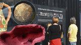 Dělová koule a několik staletí staré nádobí: Pražané u Masarykova nádraží žasnou nad vykopávkami
