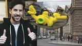 Umělec rozmisťuje po Praze barevné instalace. Projekt odstartoval zakopnutý míč na střeše Máje