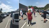 Kolaps na D1: Porouchaný kamion změnil dálnici v parkoviště, lidé mezi auty hráli basket