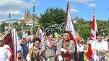 """Prahou kráčely tisíce sokolů z Česka, USA či Dánska. Diváky lidé z průvodu zdravili """"Nazdar!"""""""