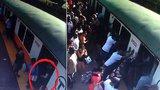 Hororová chvíle: Ženě se zasekla noha mezi nástupištěm a vlakem