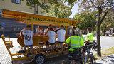 Strážníci šlapou beer-bikům na paty: »Neznáme předpisy,« hájí se opilí turisté