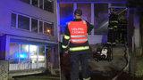 Požár sklepa v Hostivaři: Hasiči z hustého kouře vyvedli 24 lidí, tři psy, kočku a želvu