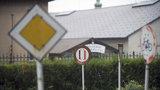Vandal řádí v Újezdu nad Lesy: Soustavně vyvrací a ničí dopravní značky, hrozí mu vězení
