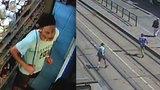 Agresor s nožem ohrožoval muže v Kobylisích. Doběhl i tramvaj, kterou napadený ujížděl
