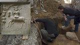 Malý zázrak! Unikátní kachle čekaly v Kyjově pod podlahou několik století