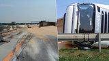 Havárie kamionu s tunami kukuřice zablokovala dálnici D1, řidiče potrápilo i horko