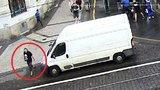 Lupič řádil v centru Prahy: Rozbil okénko a cizinci ukradl tašku i s doklady. Poznáte ho?