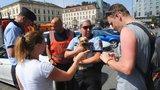Pejsek se vařil v rozpáleném autě na Florenci! Vyčerpané zvíře vysvobodili hasiči