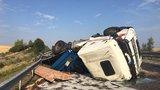 Převrácený kamion za Prahou komplikuje dopravu. U Jiren je dálnice průjezdná jedním pruhem