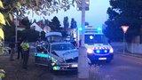 Nehoda v Novodvorské: Policisté to napasovali do lampy, nabouraný osobák skončil ve křoví