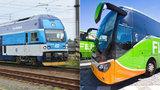 Autobusy netáhnou, lidé přesedali do aut a vlaků. Co může za úbytek cestujících?