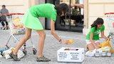 """""""Plastic attack"""" na náměstí Republiky: Aktivisté vybalili potraviny z plastů, protestovali proti jejich používání"""