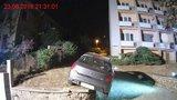 Couvající řidička (27) zaparkovala v Brně na zídce: Z nesnází jí pomohli až hasiči