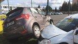 Kuriozní dopravní nehoda: V Radotíně se auta do sebe zamotala