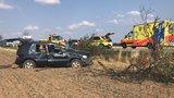 Za Nebušicemi se převrátil vůz na střechu. Dva cestující skončili v péči záchranářů