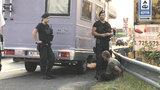 Zdrogovaný řidič se řítil Prahou. Po zadržení strážníky chtěla s vozem ujet jeho spolujezdkyně
