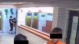 Dva malí kluci kradli v bazénu: Bezostyšně sebrali cizí batoh ze skříňky, policie je dopadla