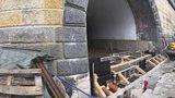 Staveniště na Rašínově nábřeží v září neskončí: Jak pokračuje oprava náplavky?
