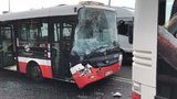 Na Vysočanské bouraly dva autobusy MHD. Zasahovali u nich záchranáři