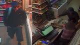 Bil prodavačku obuškem a pěstí: Útočník přepadl večerku, před tím si ji obhlížel