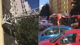 V Hostivaři hořel byt! Hasiči z domu evakuovali obyvatele