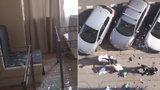 VIDEO: Televize vyrvaná ze zdi a nábytek napadrť! Cizinec řádil v hotelu v Nuslích, věci házel z okna