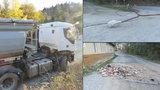 Zapomnětlivý řidič náklaďáku: Nesklopil korbu, strhl vedení a zboural komín