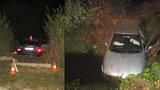 Jedno auto v plotě, druhé v potoce. Honička po Hradci skončila vážnou nehodou