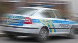 Boj o život. Muže na Černém Mostě zavalila vrata, policisté ho 40 minut oživovali