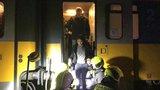 Hasiči evakuovali cestující: Vlak u Dolních Počernic se srazil s neznámým předmětem