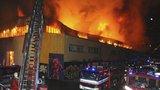 Trampolínové centrum někdo zapálil. Obří požár ve Vysočanech způsobil škodu 20 milionů korun