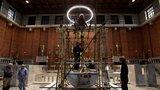 """Plečnikův kostel na """"Jiřáku"""" zdobí velkolepá dominanta: Nový oltář z bílého mramoru váží 4 tuny"""