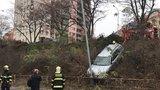 Auto v Michelské sjelo ze srázu a zastavilo se o lampu: Hasiči ho navijákem vytáhli zpátky na silnici