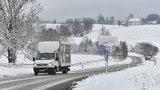 Nová výstraha kvůli ledovce. Sníh zkomplikoval dopravu na Šumavě i Moravě