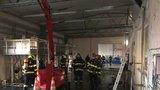 Lítý boj s ohnivým živlem: Plameny zachvátily průmyslovou halu v Kyjích, hořelo pod střechou