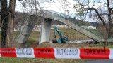 Oběti pádu Trojské lávky už přes rok čekají na odškodnění: Brzy se dočkají, zní z magistrátu