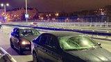 Žena prolétla přes čelní sklo: Řidič ji autem v noci srazil na Nuseláku, přebíhala silnici