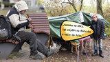 """""""Nemám na alíky, tak musím na dlaňovku"""" aneb slang pražských bezdomovců: Co je bezinka, áčko nebo benzín?"""