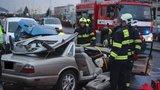 Hrozivá nehoda na Modřanské! Jaguár to napálil do zaparkovaných aut, řidiče museli vyprostit