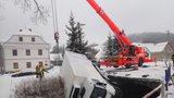 Sníh, pot a olej: Hasiči na Bruntálsku tahali náklaďák ze zamořené řeky: Řidička autobusu zaparkovala ve škarpě