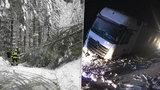 Krkonoše hlásí nejvyšší lavinové nebezpečí. Sníh ohrožuje i řidiče, u Teplé boural kamion