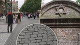 Dlažební kostky z židovských náhrobků? V centru Prahy se po nich chodí přes třicet let!