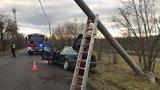 Kuriózní nehoda u Prahy: Muži autem sejmuli sloup a utekli! Byli namol, k řízení se žádný nepřiznal
