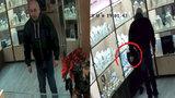 Chmaták sebral nad hlavou prodavačky zlatý náhrdelník: Udělal jedinou chybu, zapomněl na  kameru