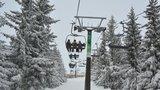 Technická závada v Jeseníkách zastavila lanovku: Záchranáři evakuovali přes 50 bezmocných lyžařů