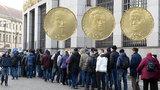 Sběratelé mincí stojí opět v »nekonečné frontě«: Česká národní banka vydává Rašína, Engliše a Pospíšila