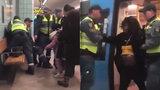Těhotnou ženu bez lístku násilně vyvedli z metra: Případ vyšetřuje policie