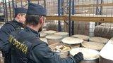Unikátní úlovek! Pražští celníci zajistili tři tuny látky k výrobě drog, dodavatelé ji vydávali za celulózu